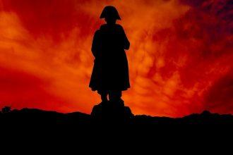 La silhouette de Napoléon devant un coucher de Soleil