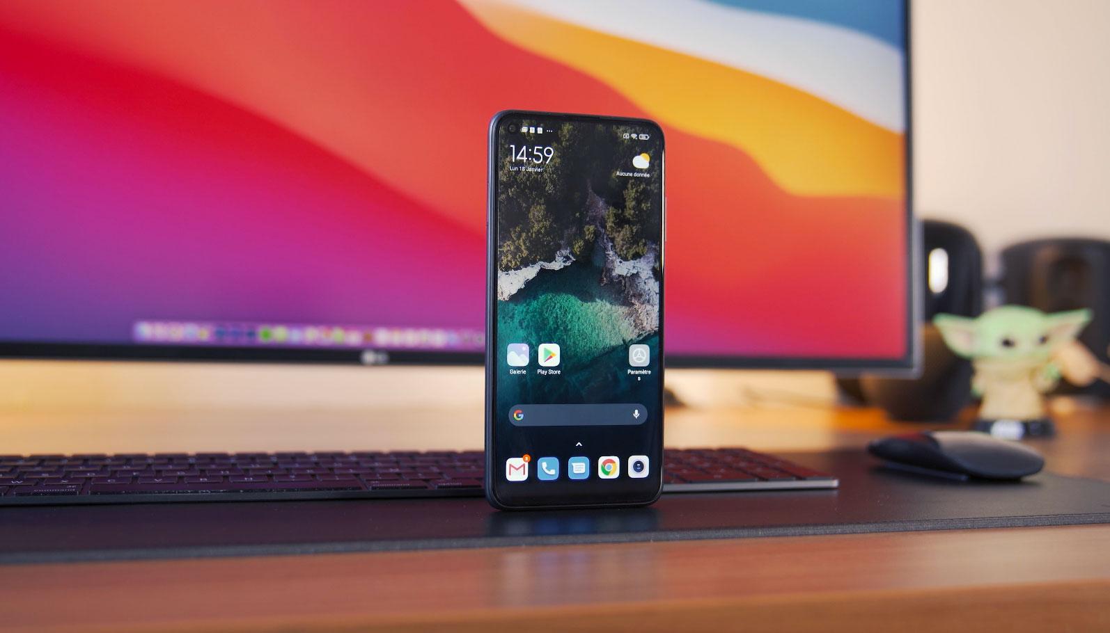 L'écran est imposant, avec des bordures assez fines