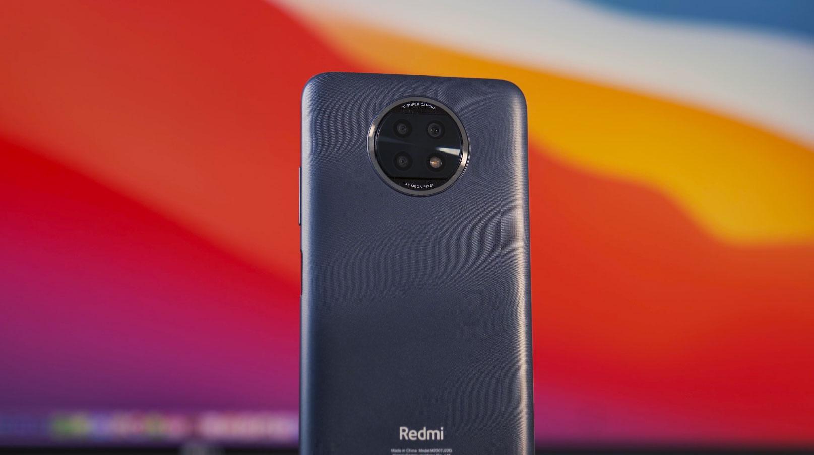 Le dos est recouvert d'une texture qui rend le Redmi Note 9T moins glissant en main