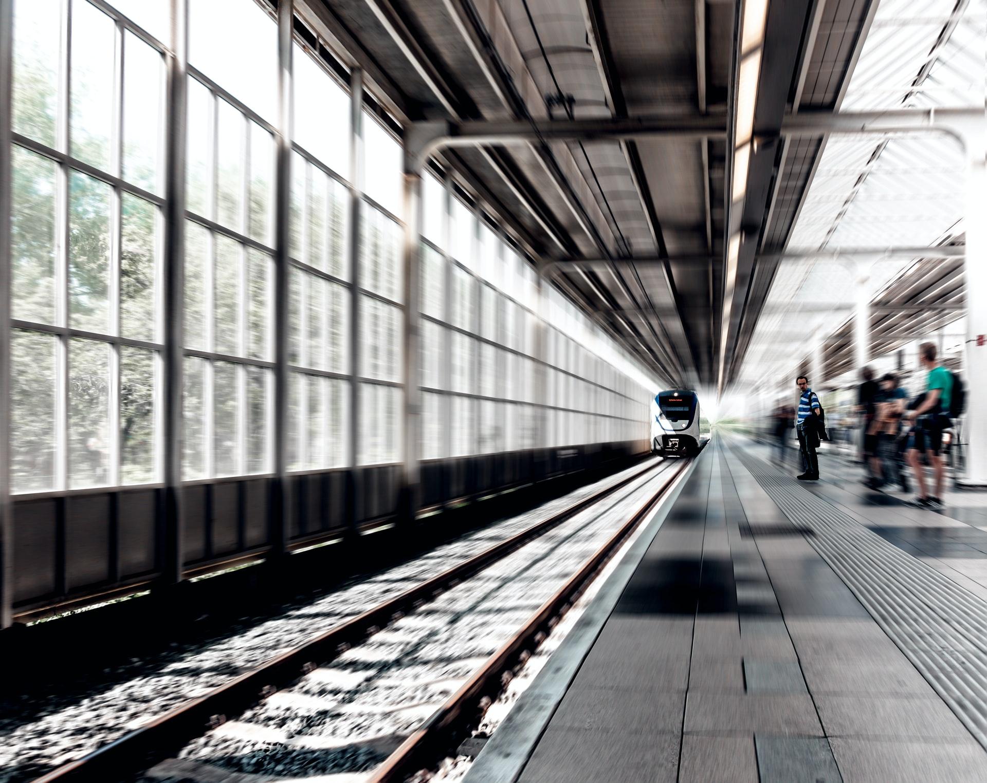 Un train qui entre en gare