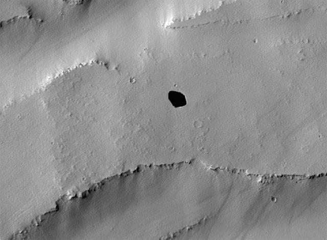 La NASA a découvert un étrange gouffre sur Mars - FREDZONE