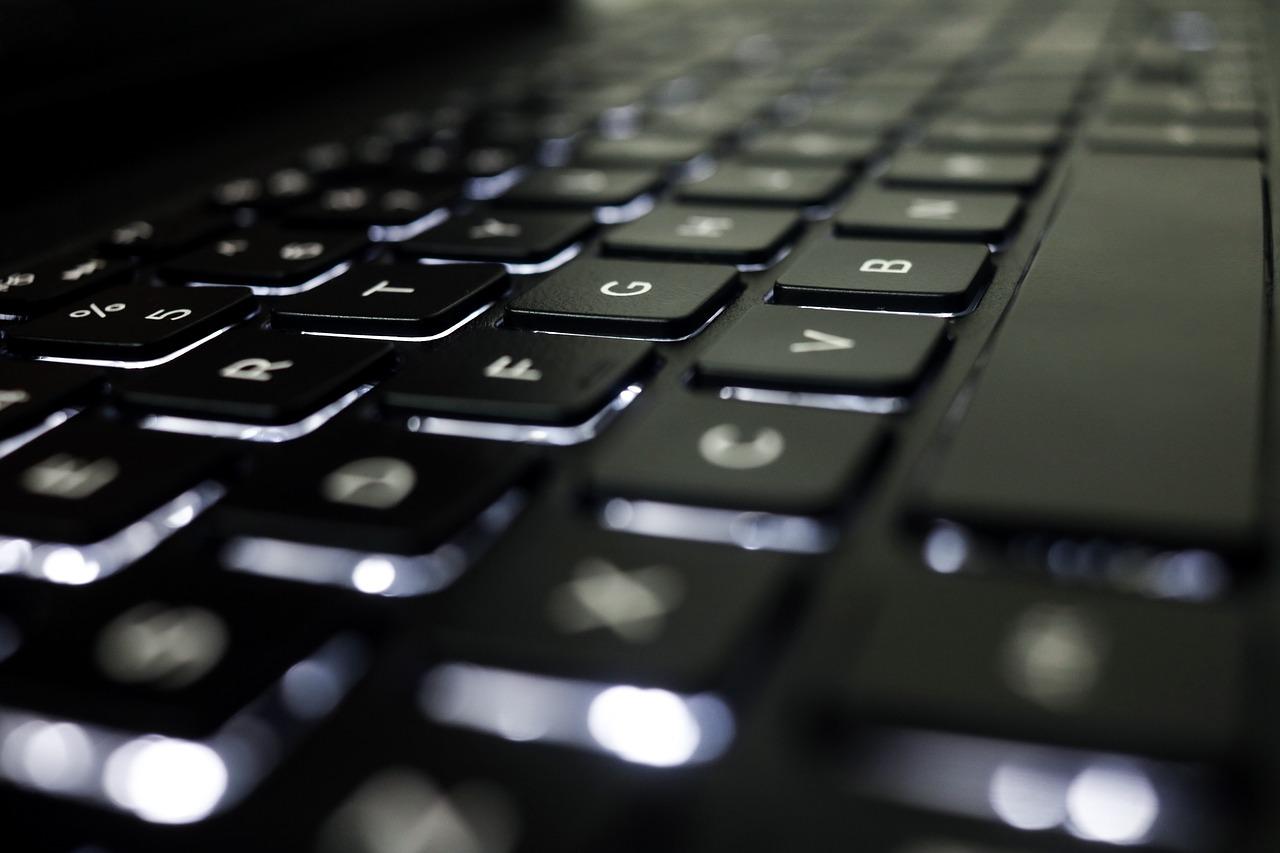 Un clavier composé de touches rétro éclairées
