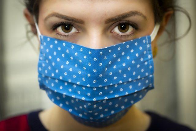 Une femme portant un masque pour se protéger de la Covid-19
