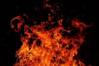 Des flammes sur fond noir