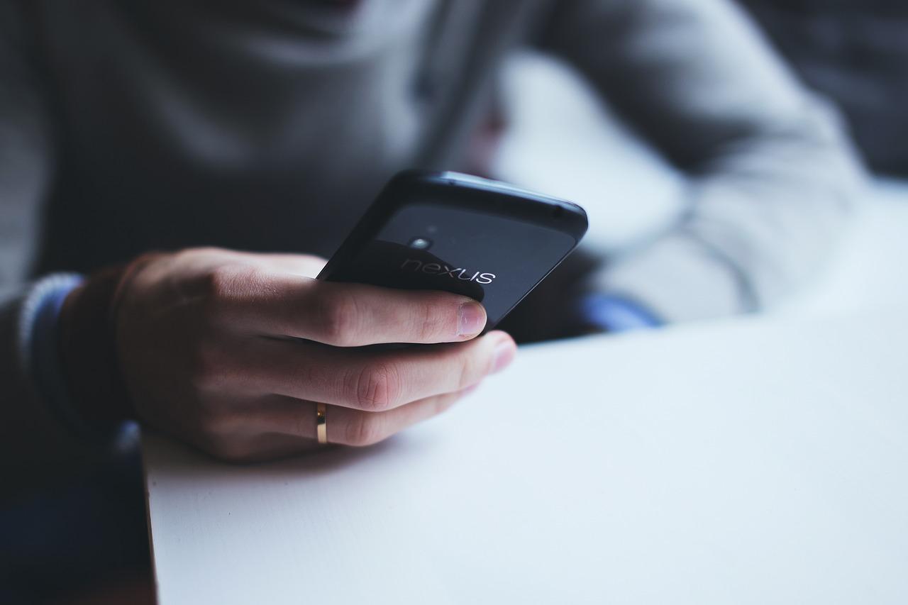 Une femme utilisant un smartphone