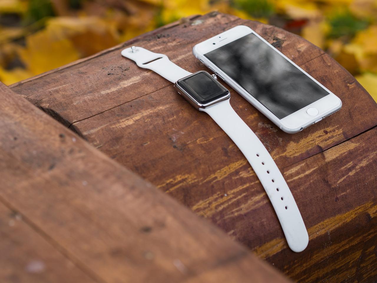 Une Apple Watch posée sur une table à côté d'un iPhone