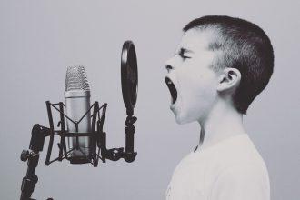 Un enfant en train de crier