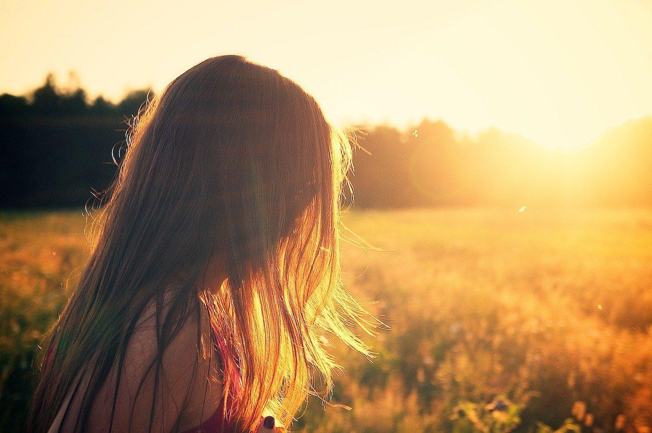 Une fillette dans un champ en été