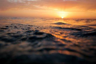 Un coucher de soleil au-dessus de l'océan