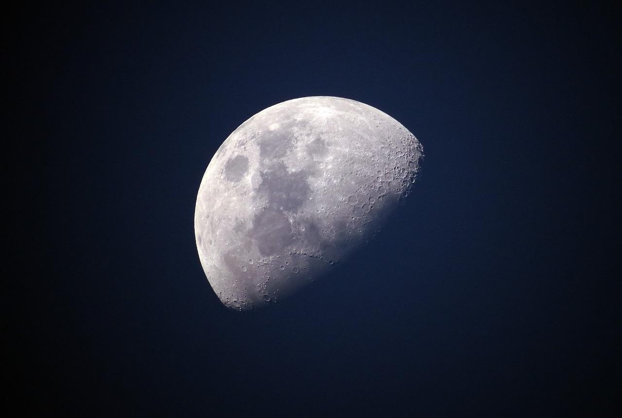 La Lune brillant dans la nuit