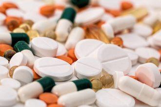 Des pilules entassées les unes sur les autres