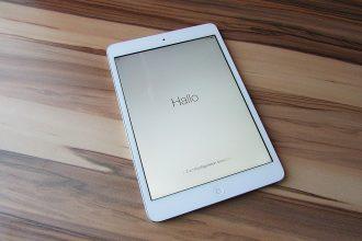 Un iPad Mini posé à terre