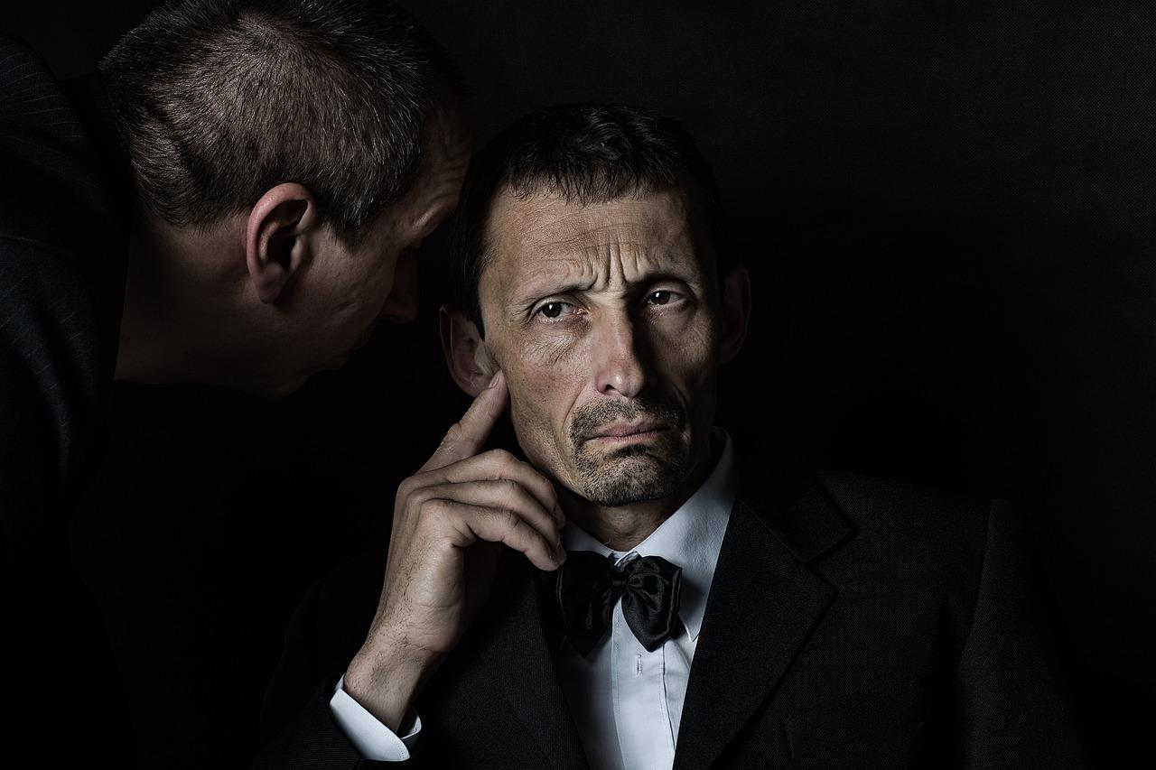 Un homme en train d'écouter un autre homme