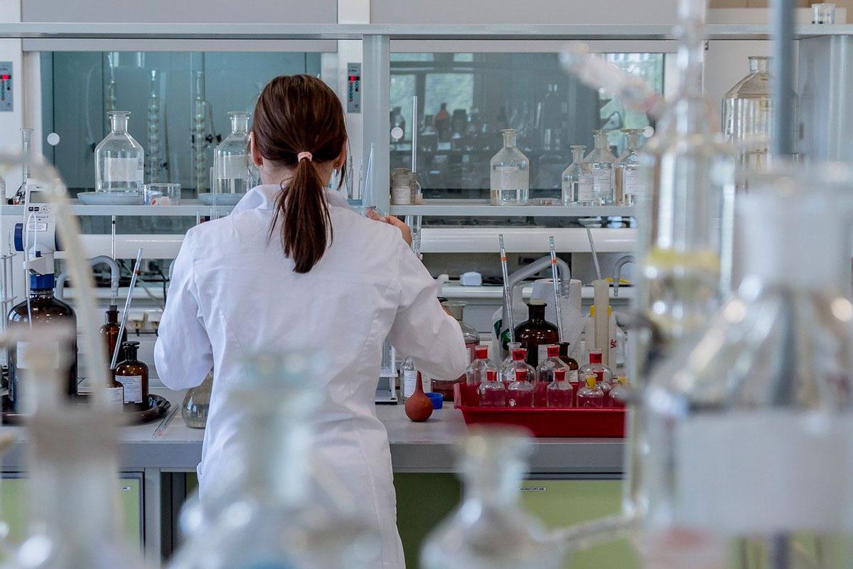 Une chercheuse travaillant en laboratoire