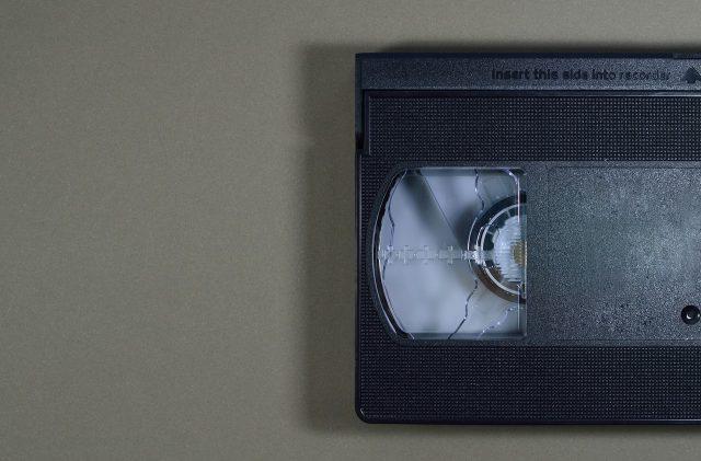 Elle oublie de rapporter une VHS et est poursuivie pour détournement de fonds