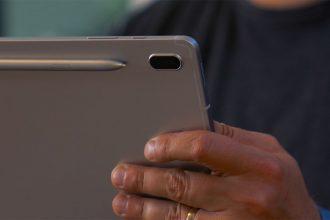 La Galaxy Tab S7 FE en main
