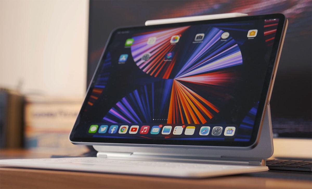 L'iPad Pro (2021) monté sur son Magic Keyboard blanc