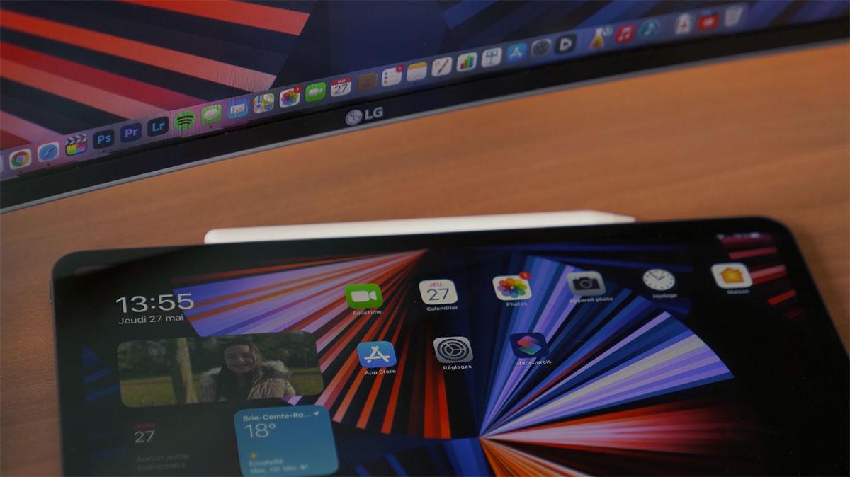 Un iPad Pro posé sur un bureau