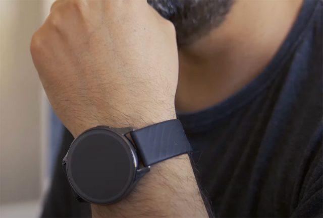 La montre est assez imposante et elle ne conviendra pas aux petits poignets