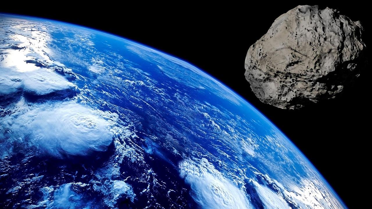 Un astéroïde filant vers la Terre - image d'illustration