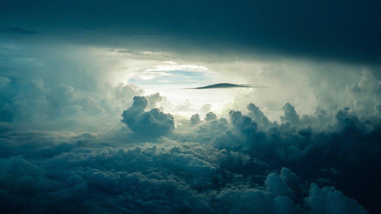 La couche d'ozone et le soleil à l'horizon