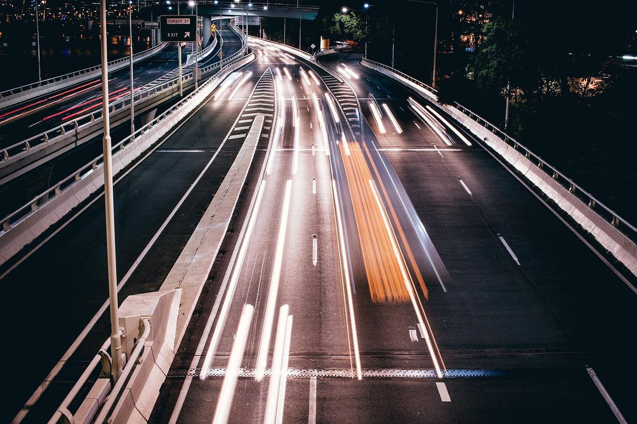 La photo d'une autoroute prise dans la nuit