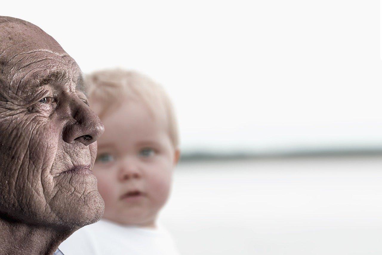 Un vieil homme aux côtés d'un enfant
