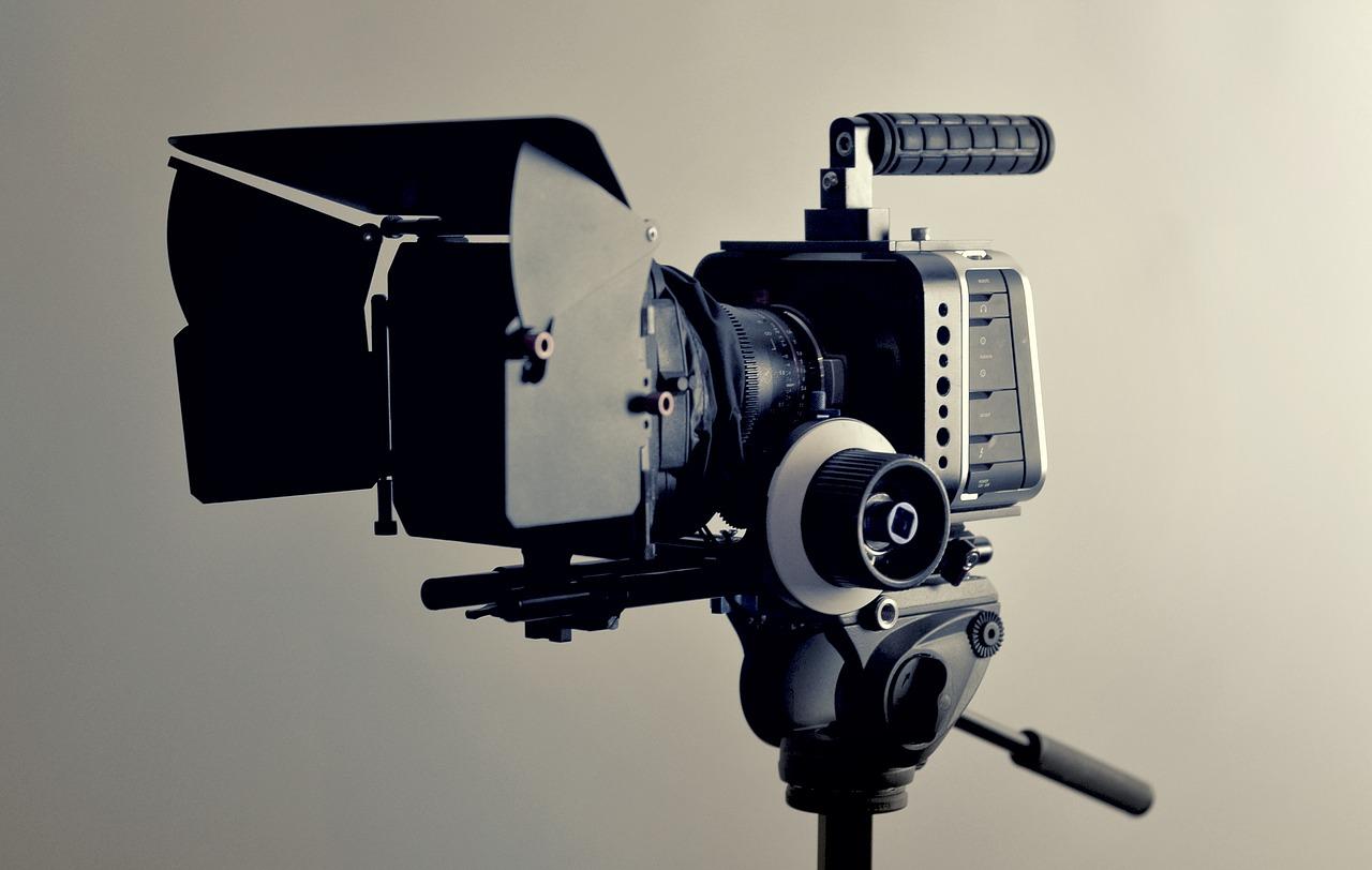 Une caméra montée sur un trépied