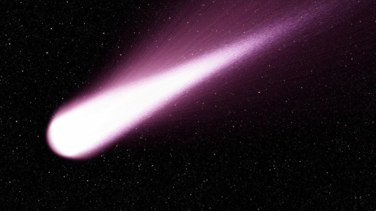 Une comète filant à travers l'espace