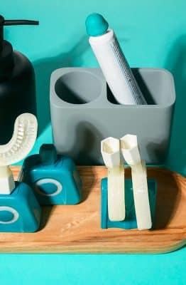 Une photo de la brosse à dents Y-Brush