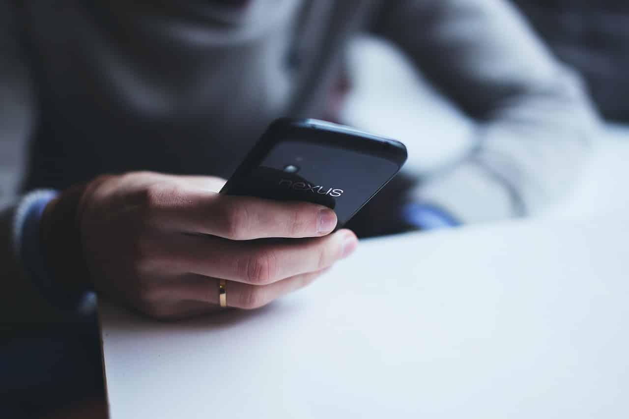 Un homme utilisant son téléphone