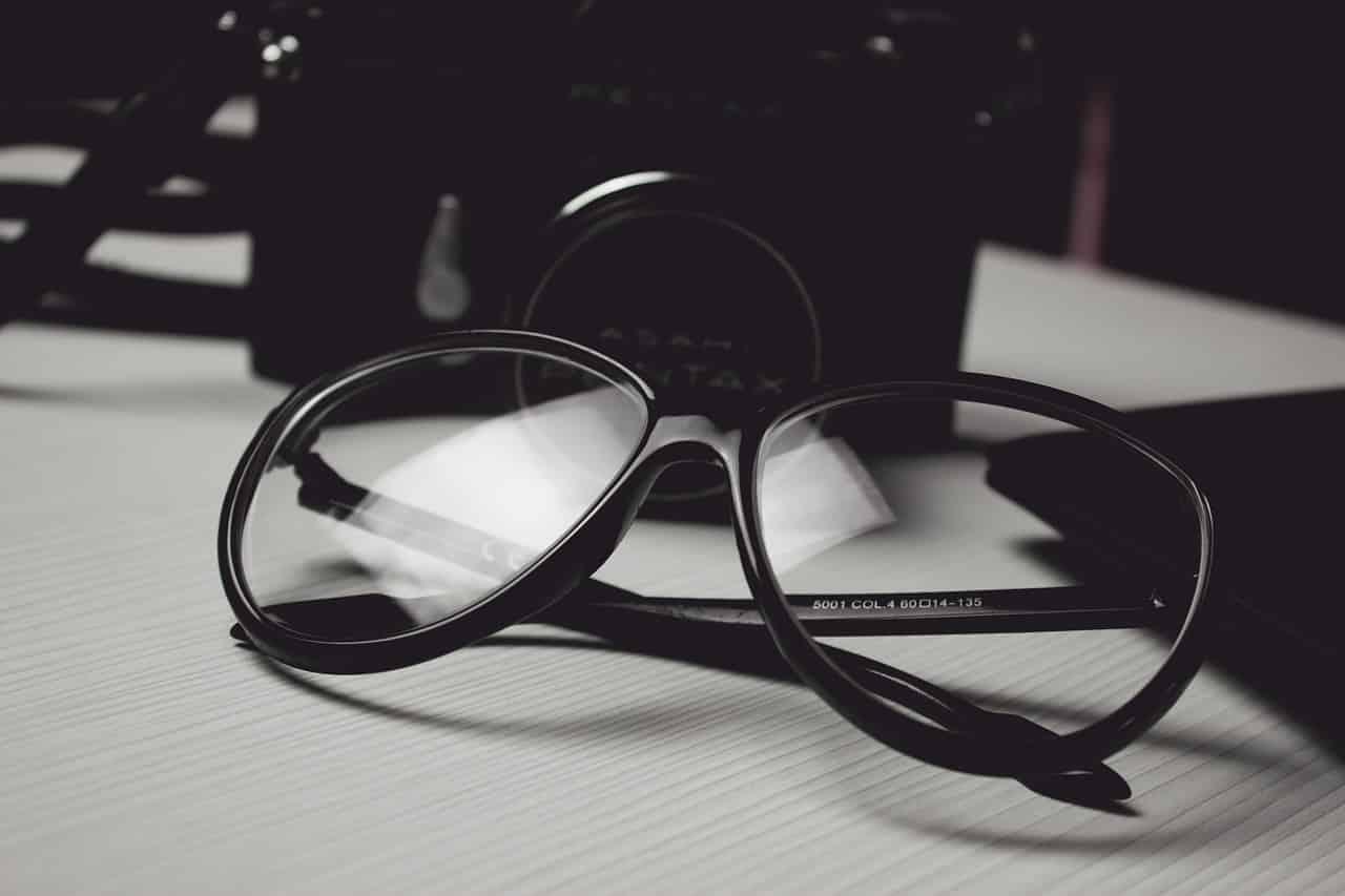 Une paire de lunettes posée sur un bureau