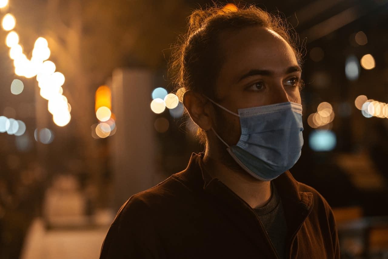 Une femme portant un masque dans la rue