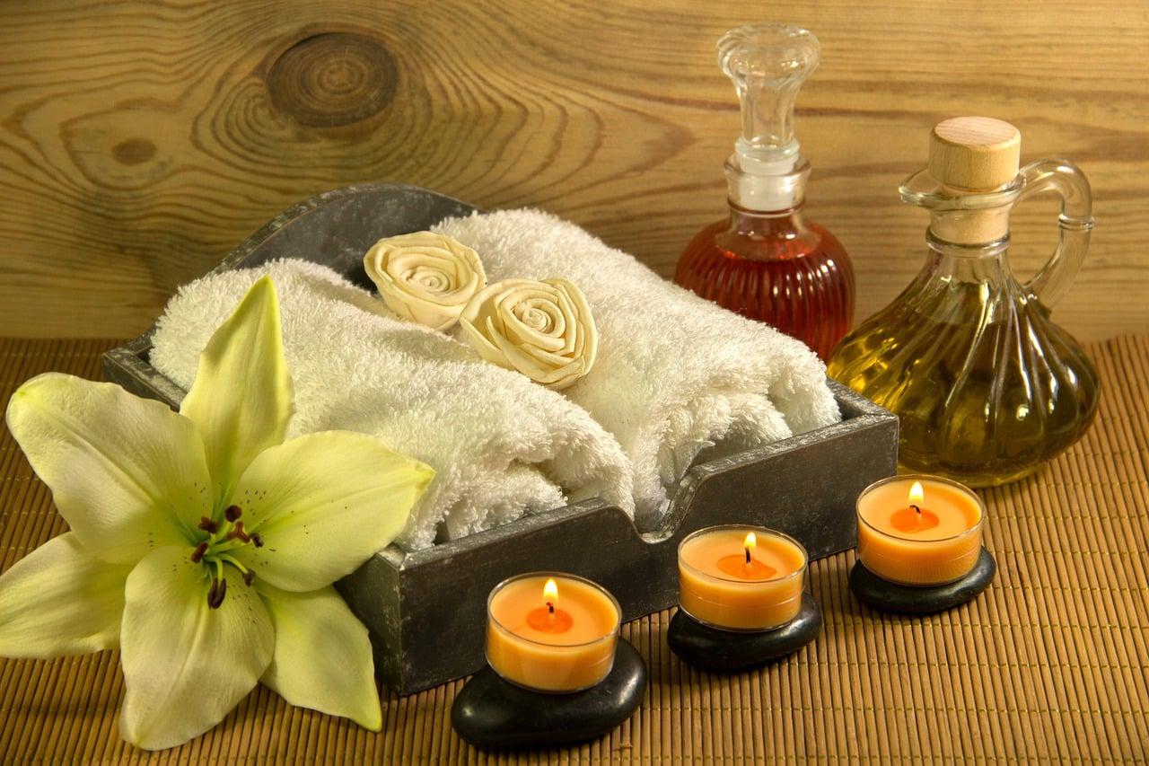 Des serviettes et des bougies de massage