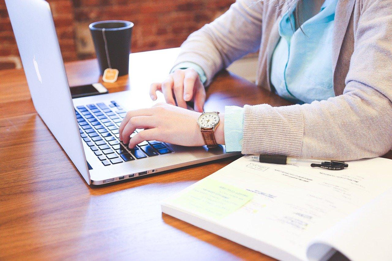 Une femme en train de travailler sur son ordinateur