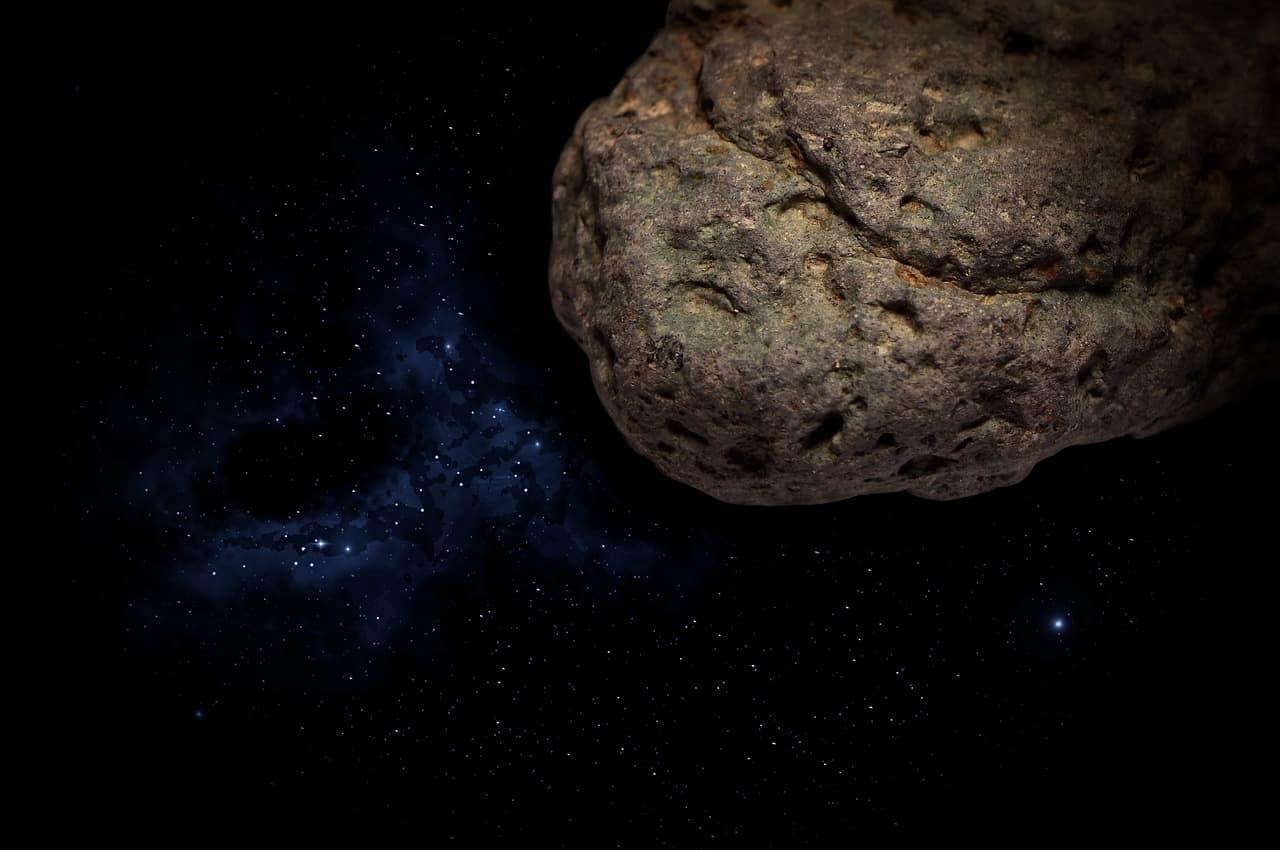 Un astéroïde filant dans l'espace