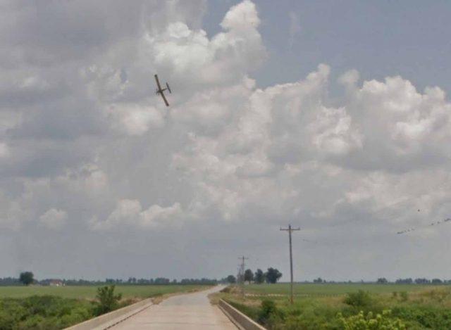 Quand les Google Cars immortalise un avion en train de voler au-dessus des champs