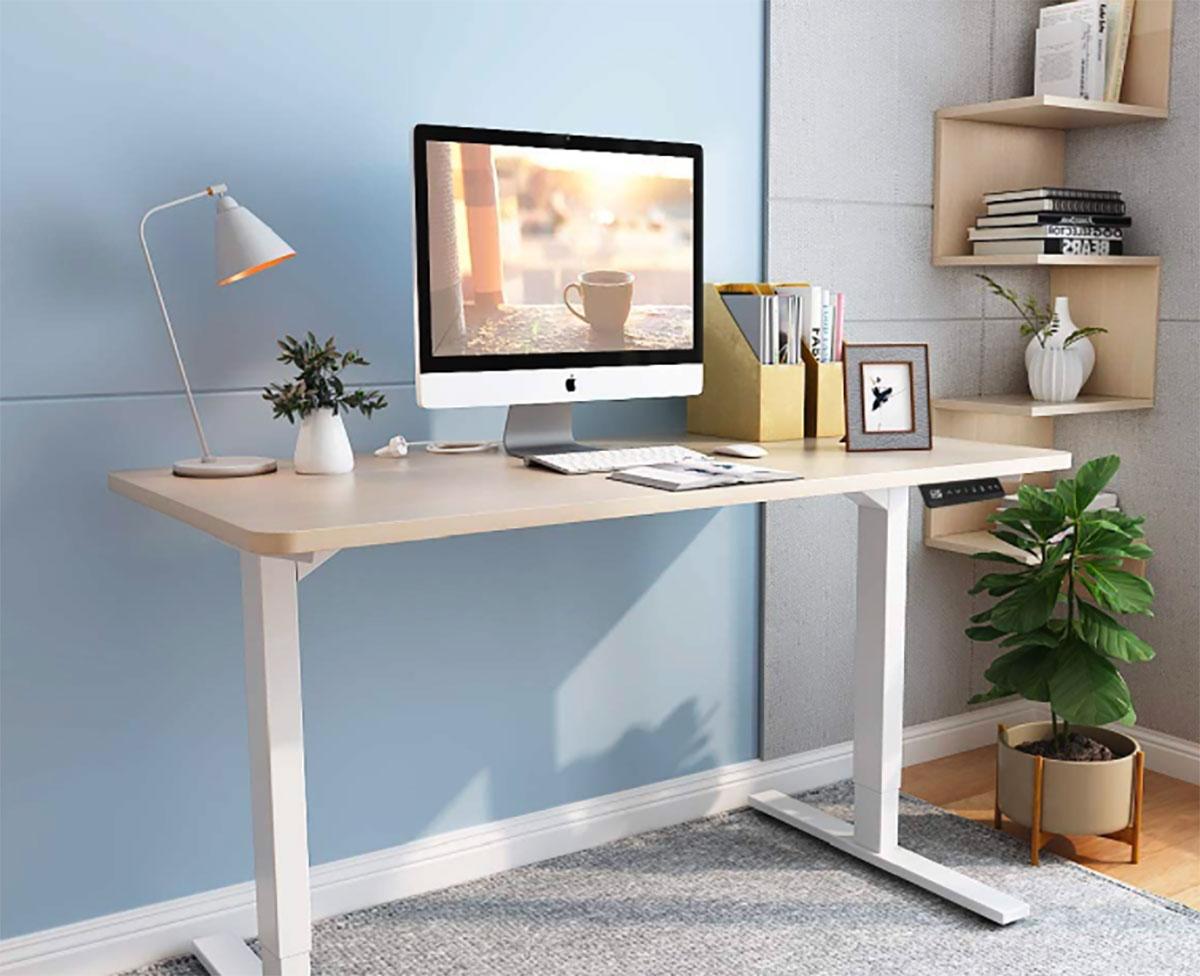 Ce bureau peut se surélever pour vous permettre de travailler debout
