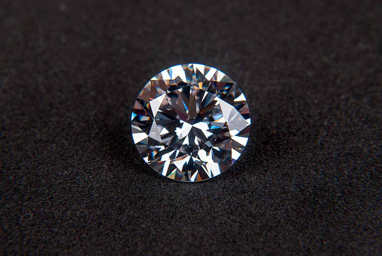 Un diamant posé sur une toile noire
