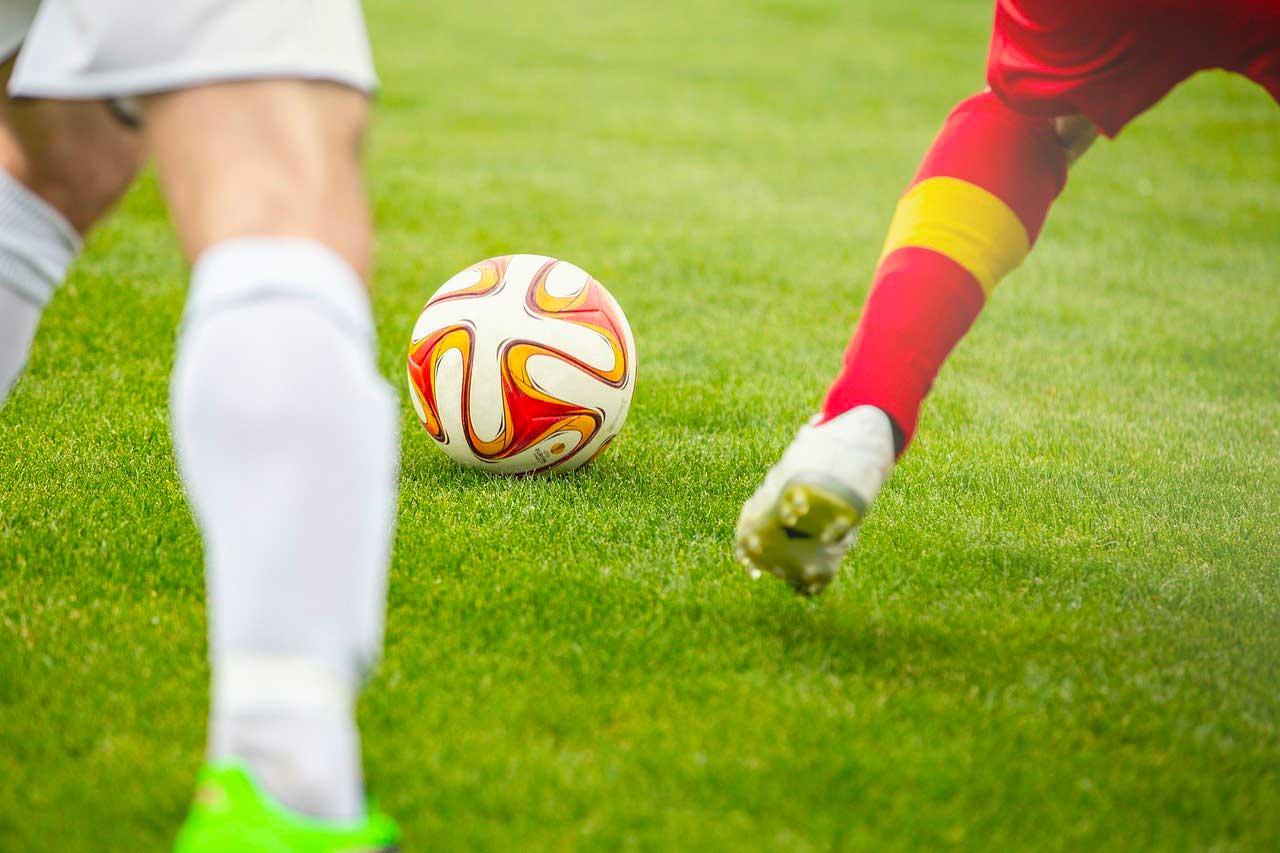 Un ballon de foot entre deux joueurs