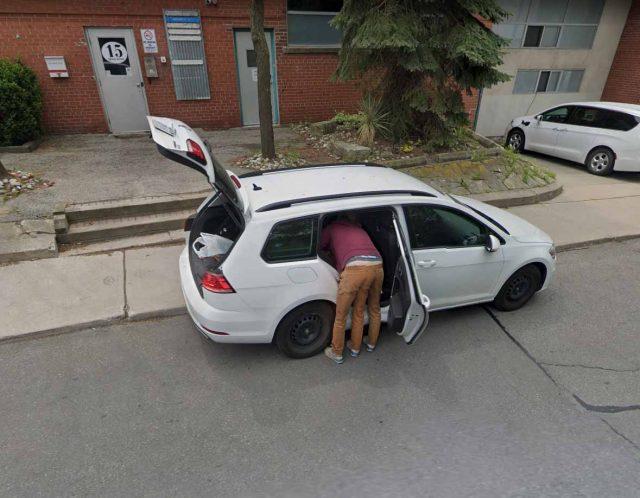 Un homme à trois jambes se cache dans Google Street View
