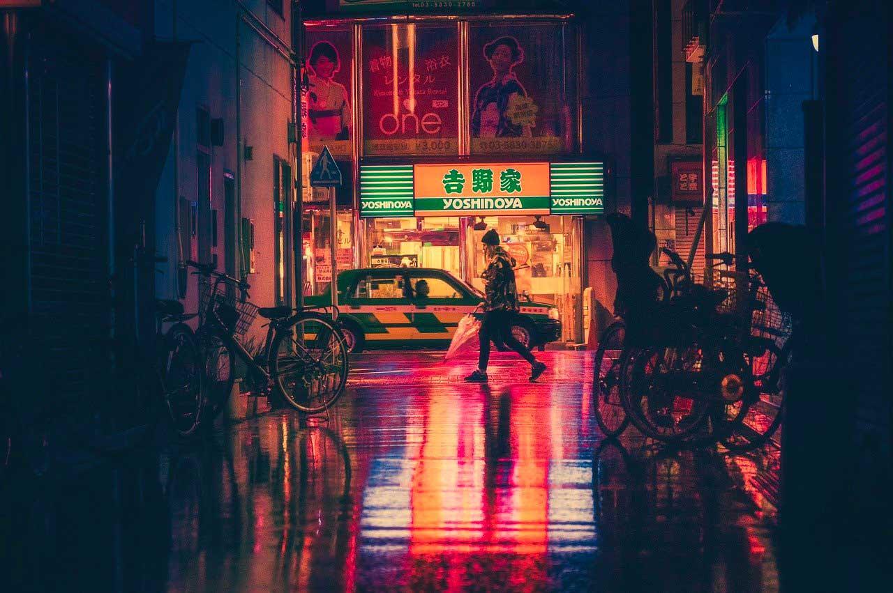 Une femme se promenant la nuit au Japon