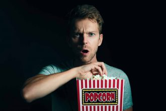 Un homme en train de manger du popcorn