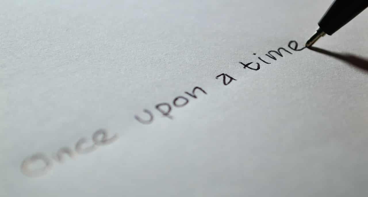 Une personne écrivant un message sur un carnet