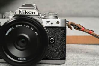 Le Nikon Z fc vu de face