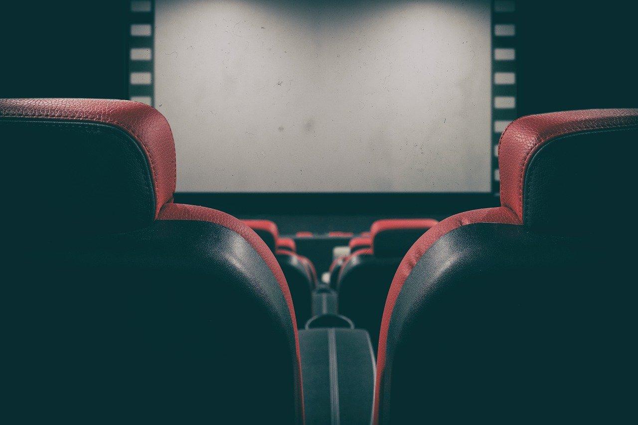 Une salle de cinéma devant un écran blanc