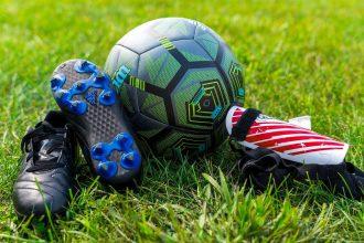 Des crampons et un ballon de foot