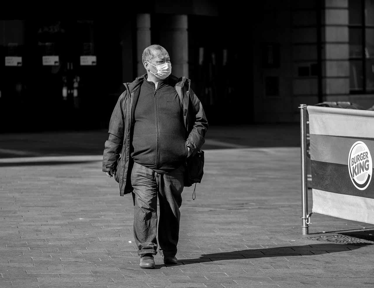 Un homme marchant dans la rue