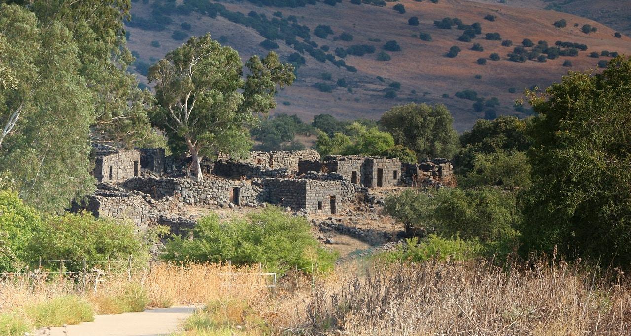 Un village en ruine perdu au milieu de nulle part