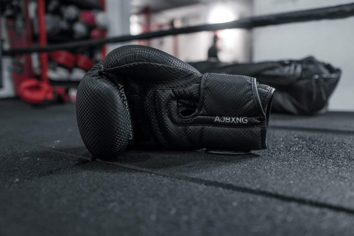 Des gants de boxe posés sur un ring